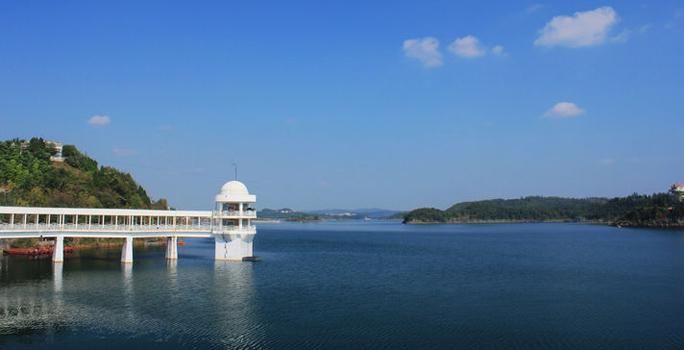 景点介绍 > 成都景点  [场景介绍]: 仙之湖位于绵阳,车程两个小时, 区